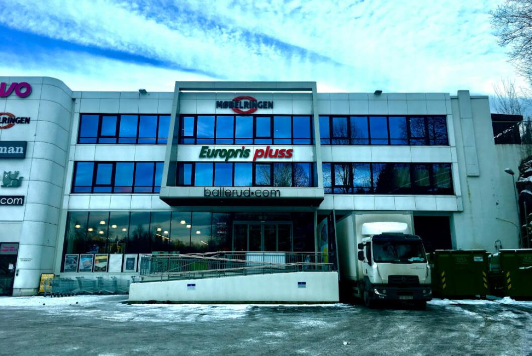 STEVNER STATEN: Europris har stevnet Staten for å få lov til å fortsette å drive butikk i dette bygget i Grini Næringspark i Bærum. Eieren av eiendommen er også med på søksmålet.