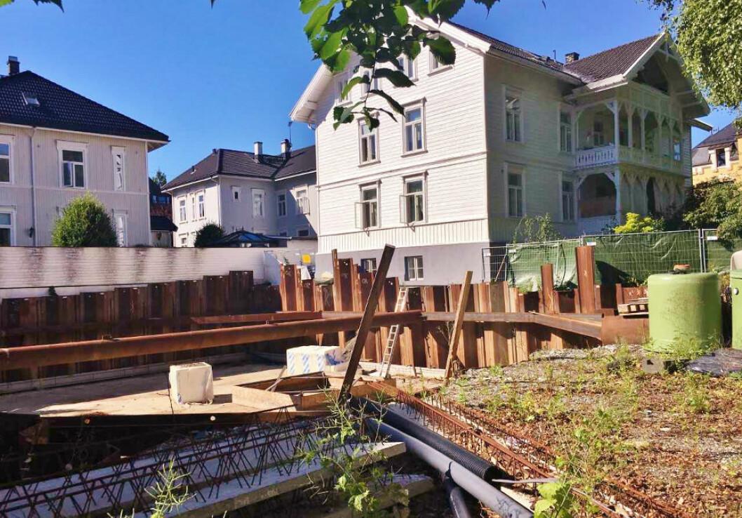BYGGEGROP: I 2018 ble utbygger fradømt utbyggingsretten på denne eiendommen. Nå har Borgarting lagmannsrett kommet til en helt annen avgjørelse. Arealet har vært en byggegrop i flere år.