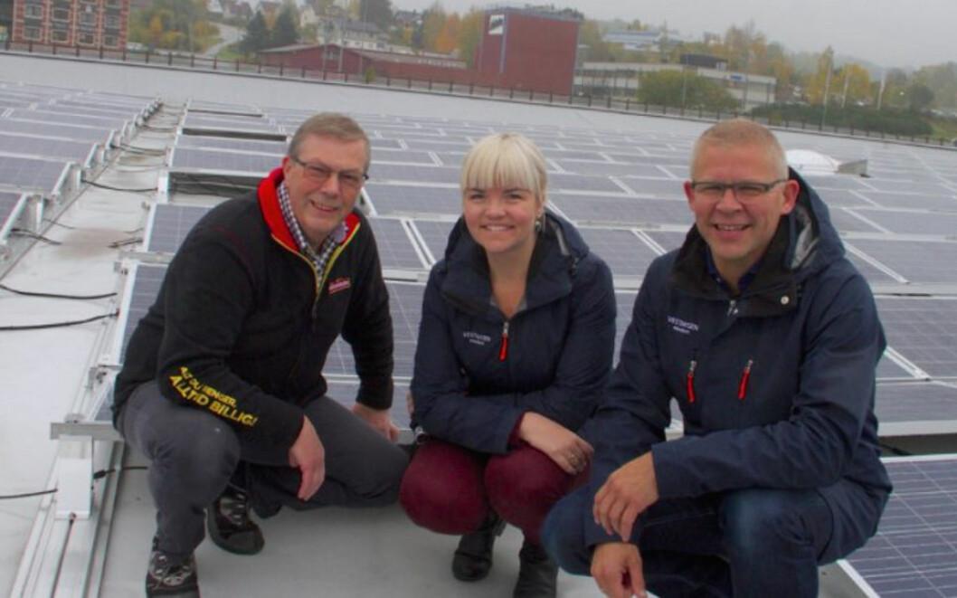 SOLCELLE-REKORD: Eiendomssjef i Storcash Norge, Morten Malnes(t.v.) på taket der Buskerud største, og landets fjerde største, solcelle-anlegg er montert. Her sammen med prosjektleder Anette Gjestemoen og administrerende direktør Morten Hotvedt i  Vestaksen Eiendom AS. Taket tilhører det nye Storcash-markedet like ved E18 i Kobbervikdalen.