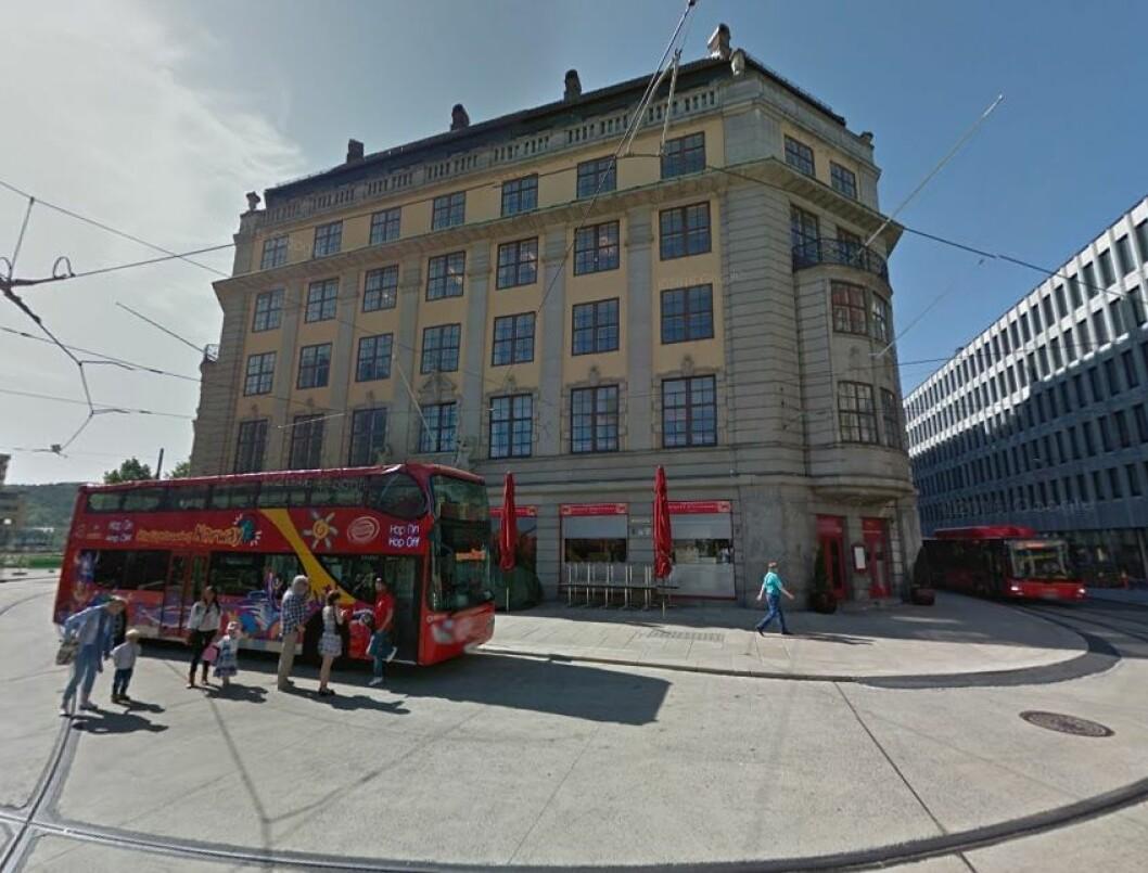 Ifølge Byantikvaren står Jernbanetorget 2 som en bauta for Oslos byhistorie og hele nasjonens sjøfartshistorie. (Foto: Google Street View)