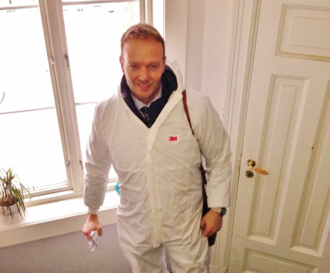 ADVARER: Advokat Geir Nærø er klar på at skjeggkre er et voksende problem for boligeiere både i Oslo og i landet for øvrig. Her på befaring i en leilighet med skadedyr.