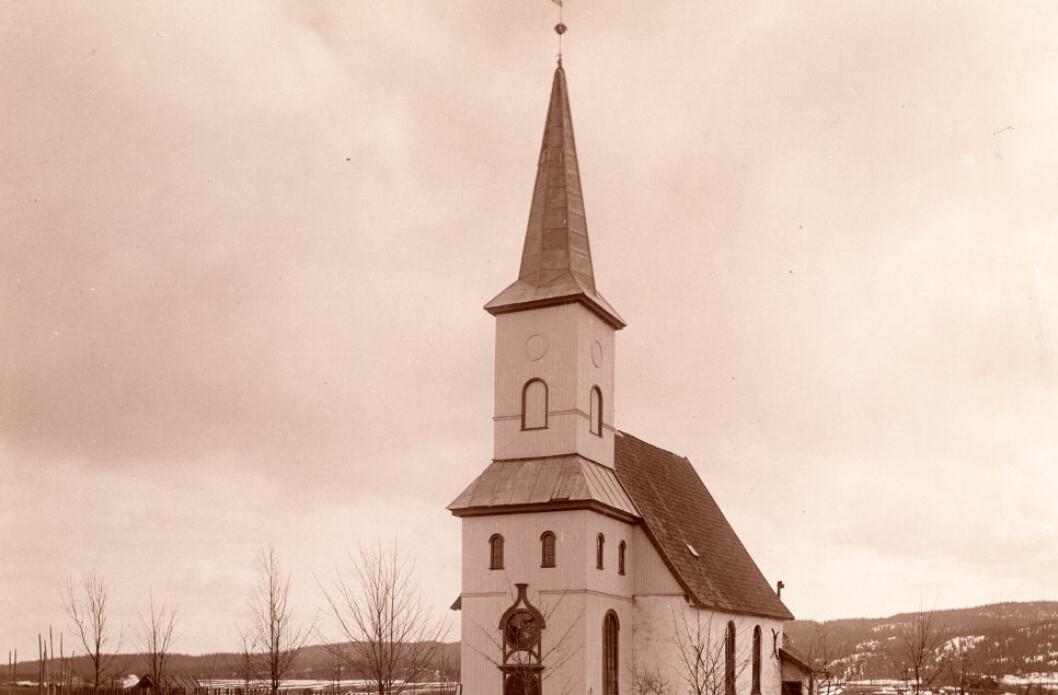 FIKK EN BRØKDEL: Lørenskog kommune tok i bruk eksproprieringsverktøyet da Lørenskog kirke trengte mer gravplass. Erstatningen ble bare smuler sammenlignet med hva grunneier opprinnelig hadde forventet. (Foto: Riksantikvaren)
