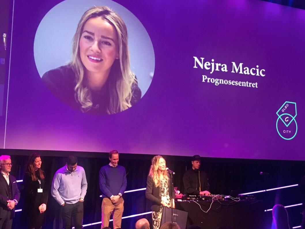 CITYGLØD: Nejra Macic mottar prisen under middagen på Citykonferansen.