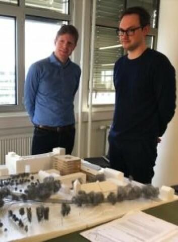 STORE PLANER: Bernt Nordby Skøien i Clemens Eiendom og Øystein Rø i Transborder Studio med modellen av nye Kirkens hus.