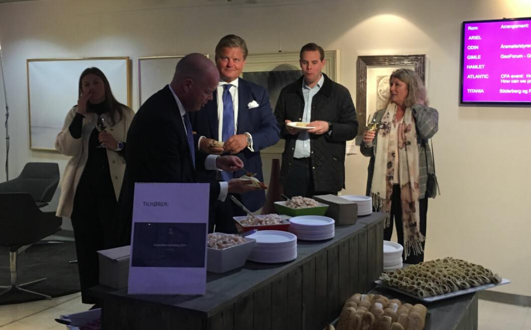 FORNØYD: Storaksjonær Tore Aksel Voldberg (i midten) var synlig fornøyd over det han fikk se og høre under kapitalmarkedsdagen i regi av Solon Eiendom. Etter presentasjonen var det pølsefest for de inviterte.
