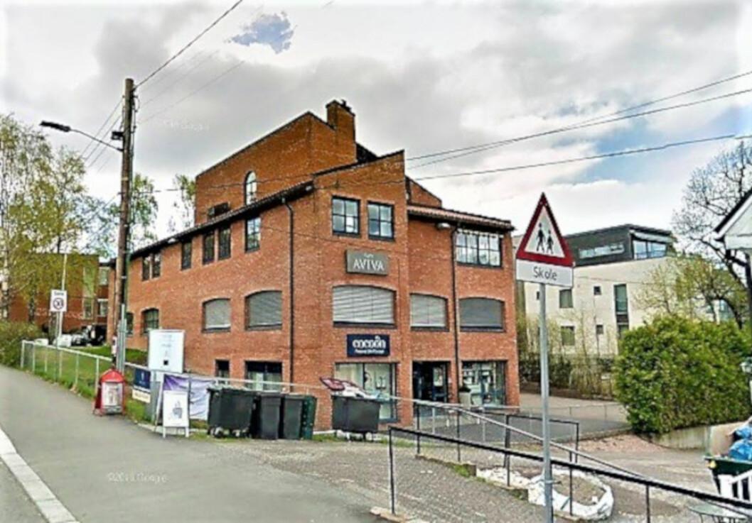 BOLIGER: Forslaget åpner for at eiendommen på sikt kan utvikles med bolig i de øverste etasjene (Foto: Google)