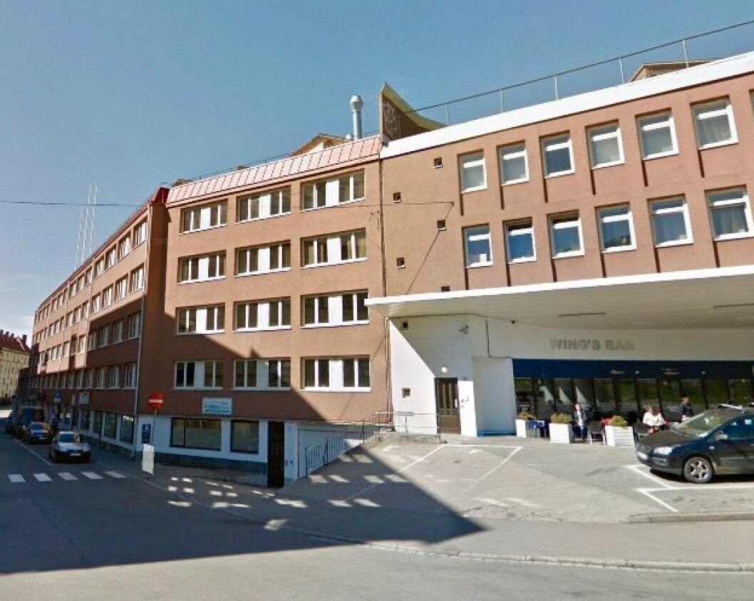 5 ETASJER: Den eksisterende bebyggelsen er på fem etasjer, og er lavere en naboeiendommen Rosenhoff fabrikker. Foto: Google