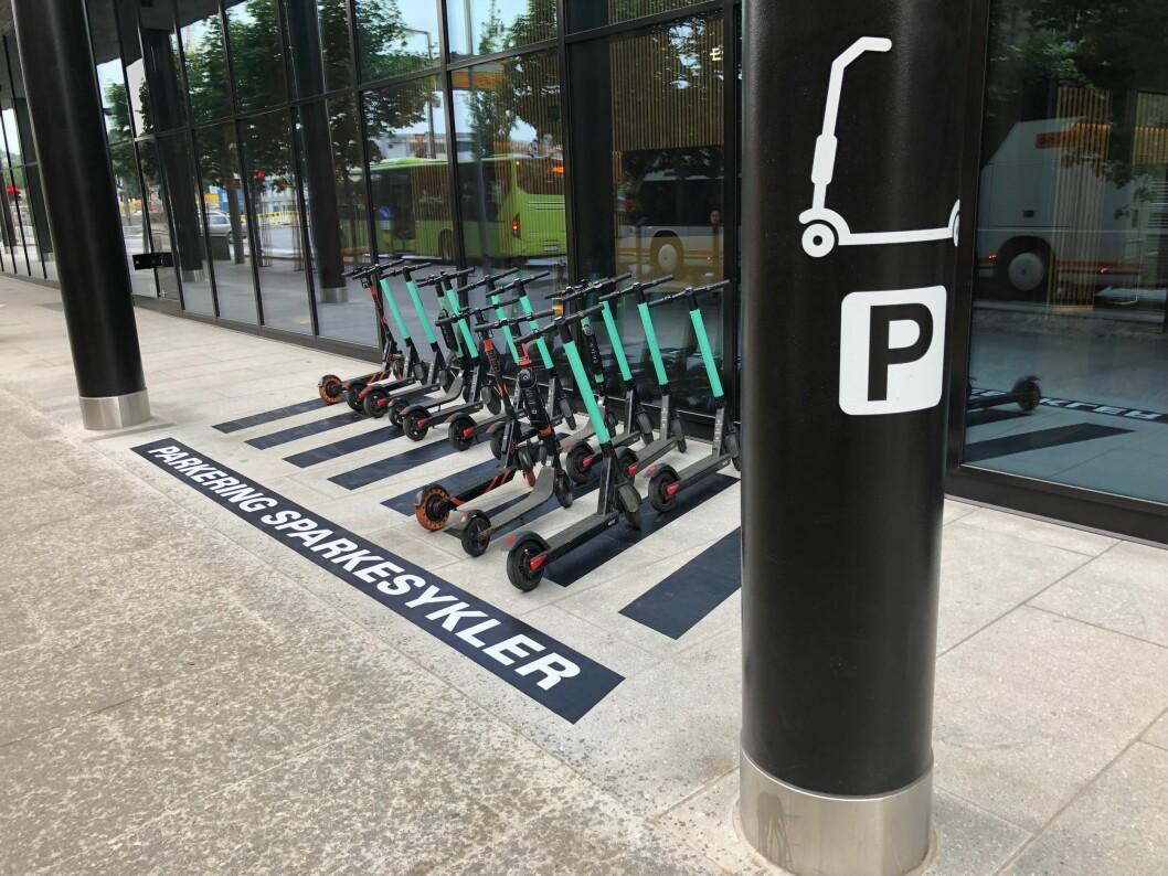 SELVFORKLARENDE: El-sparkesyklister som kommer til Eufemia blir tydelig fortalt hvor de kan parkere. Foto: KLP