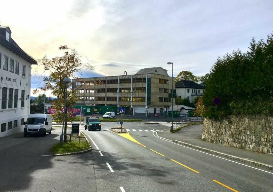 PROBLEMBYGG: Etter mye om og med er det endelig klart at Andenæs-gruppen får arbeide i fred med utviklingen av dette leilighetsprosjektet på Stabekk i Bærum. Halvparten av leilighetene er solgt.