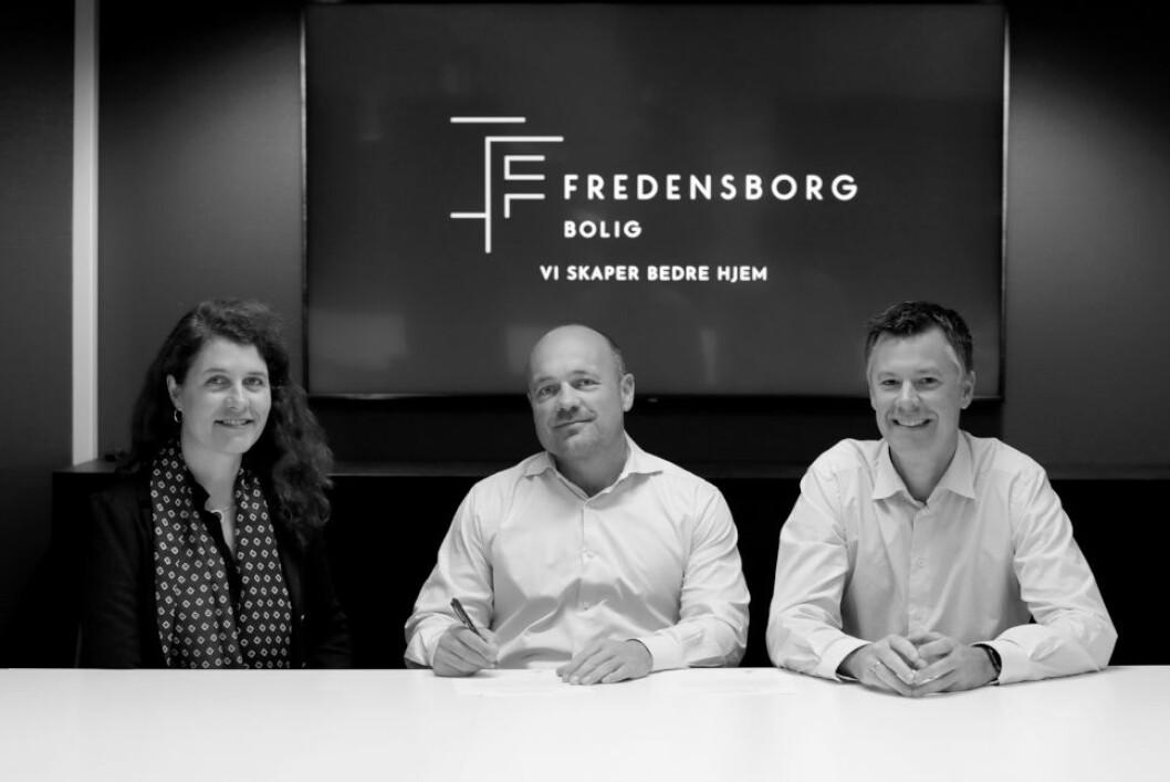 SIGNERER STRAKSTILTAK: F.v. Katharina Th. Bramslev i Grønn Byggallianse og Tollef Svenkerud og Magnus Aune Hvam i Fredensborg Bolig.