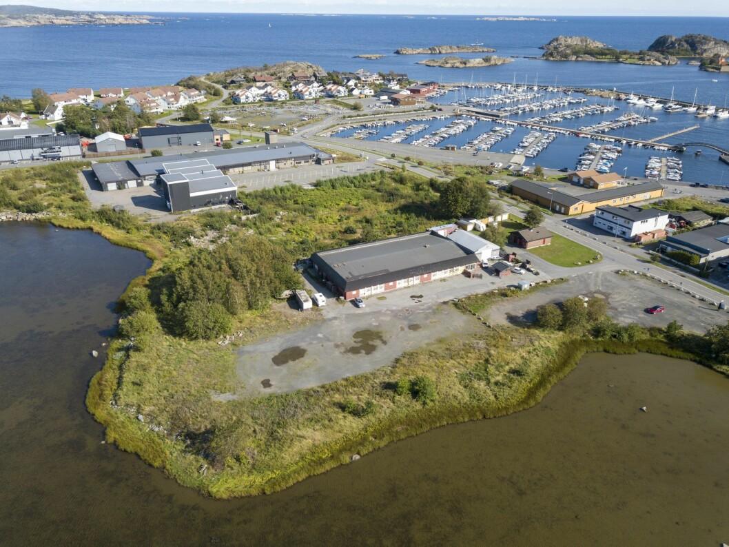 KREMTOMT: Her vil de lokale investorene bygge leiligheter, rett ved småbåthavna i Stavern.