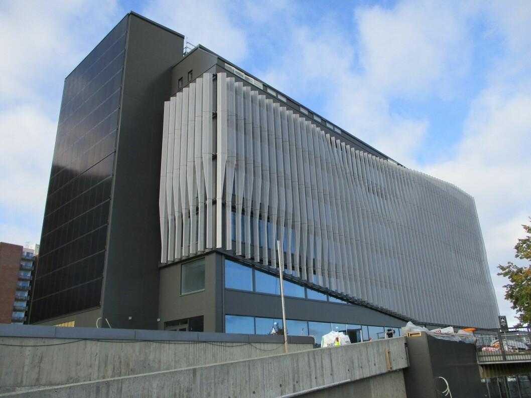 REHABILITERT: MAX-bygget er kledd med både solcellepaneler og stående, perforerte aluminiumslameller, som tar unna det aller meste av solinnslipp. Foto: Norconsult