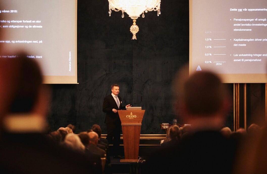 STERKT MARKED: Analysesjef Ragnar Eggen forteller om et fortsatt sterkt transaksjonsmarked. Foto: Helge Brekke