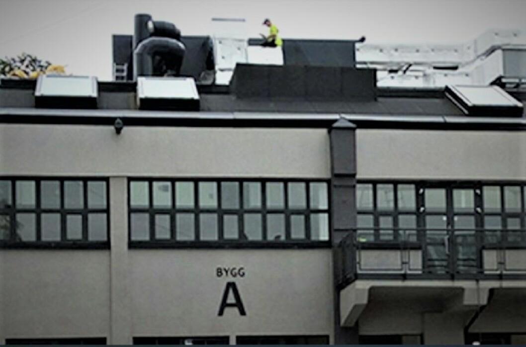 FIKK PLAN OG BYGG TIL Å SE RØDT: Både leietakerne og utleier Sparebank1 har fått lide for at dette ventilasjonsanlegget har blitt plassert ulovlig på taket av dette bygget på Skøyen. (Foto: Oslo kommune)