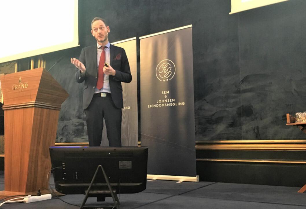 SER MØRKE SKYER: Sjeføkonom Terje Strøm er sikker på at rentene skal ned i Norge.