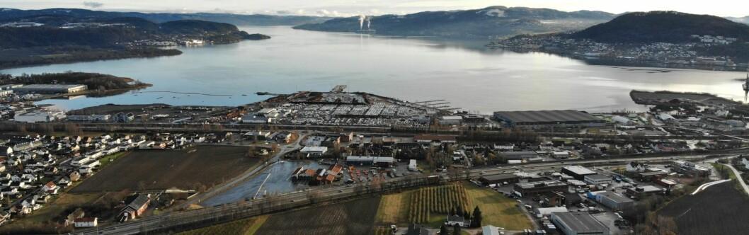 FJORDBY: I dag et nærmest utilgjengelig industriområde, om noen år en ny fjordby med lang strandlinje. Foto: Eidos