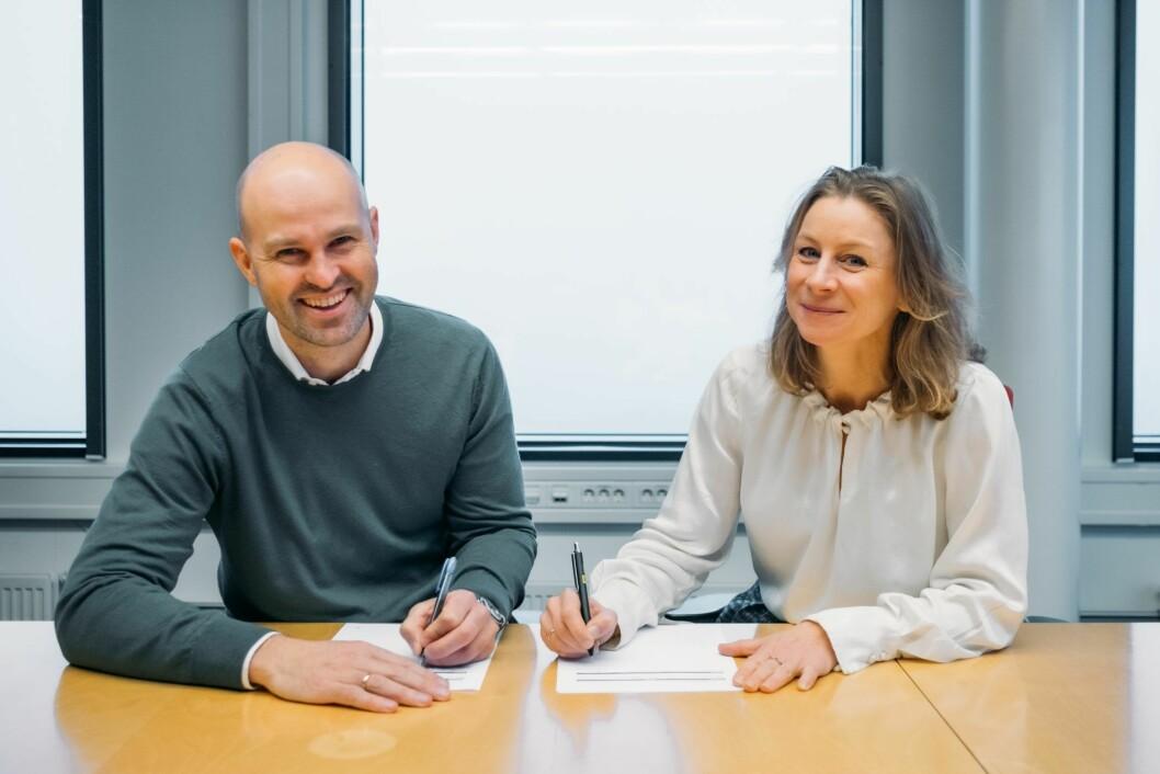AVTALE: Styreleder Anders Kvåle og konserndirektør Ida Aall Gram signerer avtalen om langsiktig samarbeid.