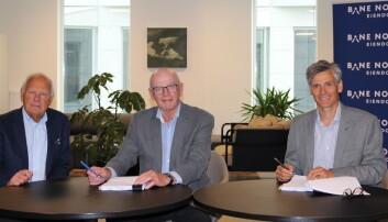 Styremedlem Paul Eirik Lødøen i Drammen Kommune Eiendomsutvikling AS, styreleder Steinar Manengen i Drammen Kommune Eiendomsutvikling AS og adm. direktør Jon-Erik Lunøe i Bane NOR Eiendom AS signerer samarbeidsavtalen