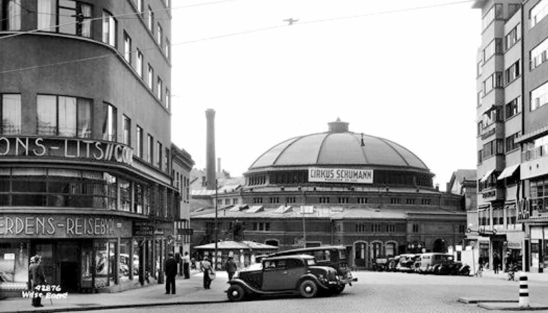 ANNO 1935: Cirkus verdensteater lå midt i dagens Olav Vs gate. Hotel Continental til venstre.