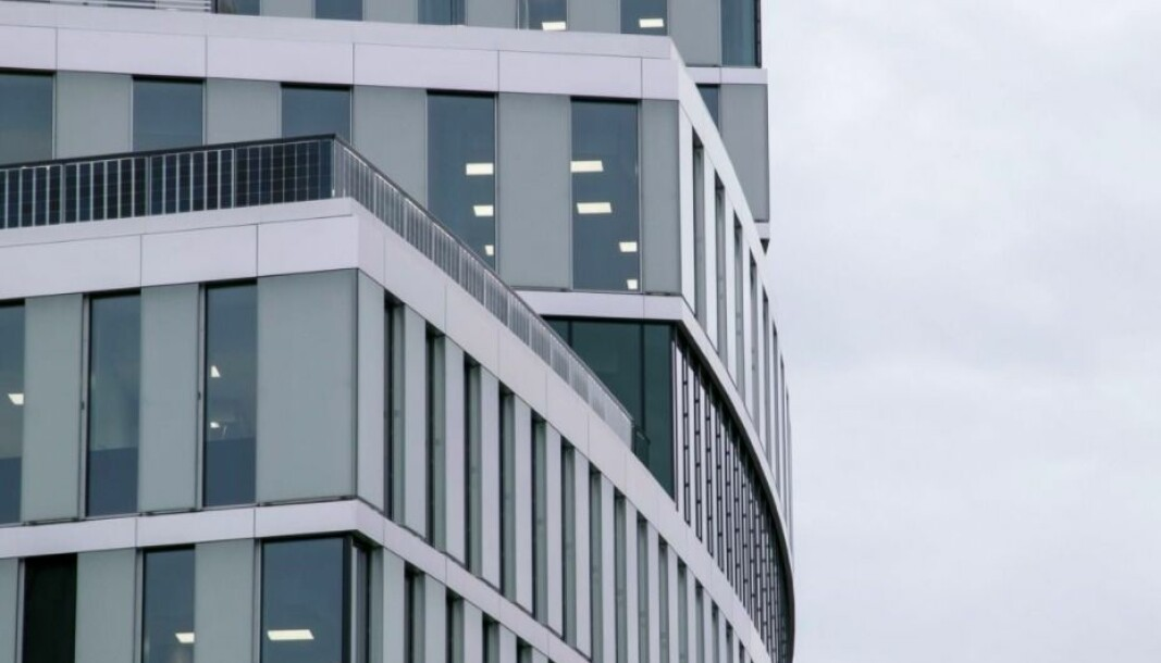 SOL: Disse balkongrekkverkene er en av flere bygningsprodukter som er utstyrt med solceller.