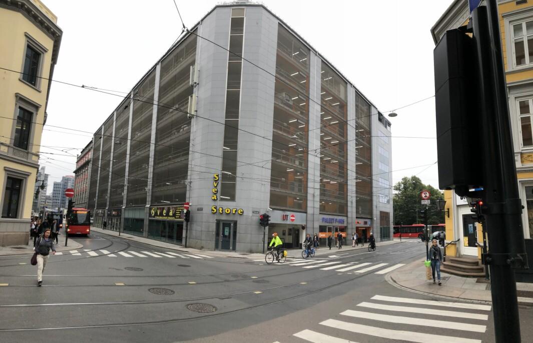 LITEN KONTORFLØY: I dag består Paleet-tomten av et parkeringshus og en liten fløy med kontor