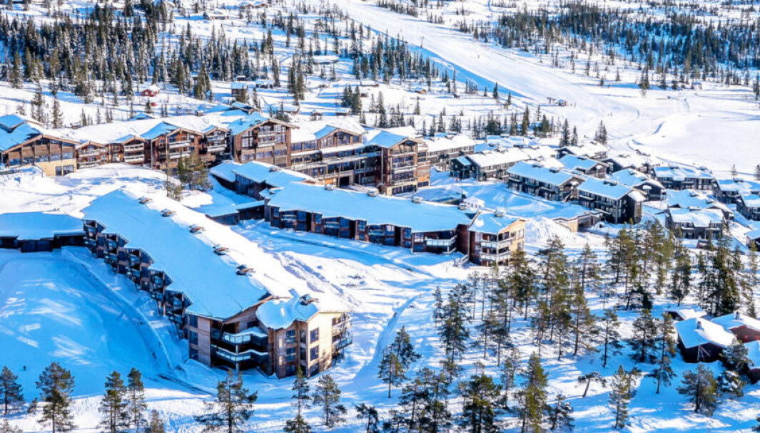LITEN SKRIFT: Norefjell Ski & Spa mener de har rett på utbetaling av koronaforsikring, mens Codan Forsikring nekter ansvar og viser til forsikringsvilkårene. (Skjermdump Norefjell Ski & Spa)