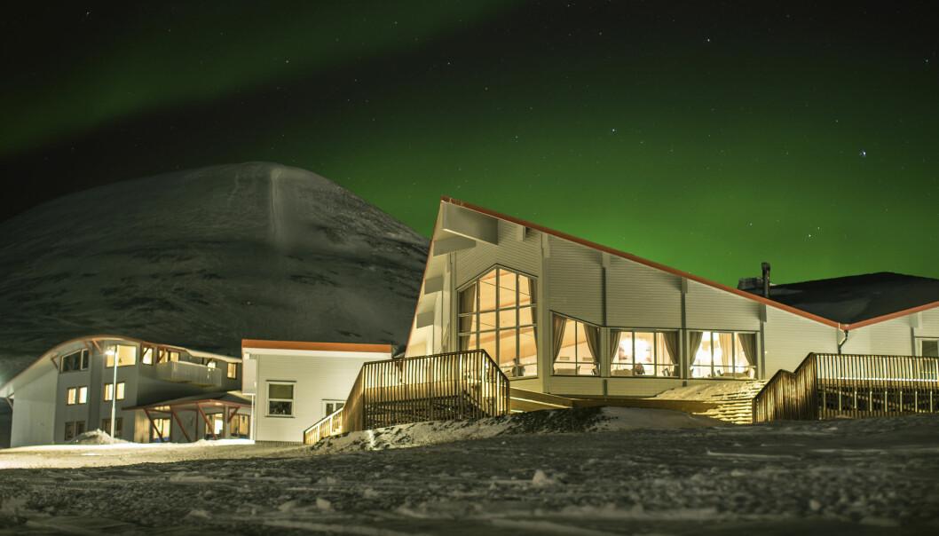 SELGER: Hurtigruten Svalbard skal fortsatt drive hotellene, restaurantene og butikkene i Longyearbyen selv om de selger bygningsmassen.