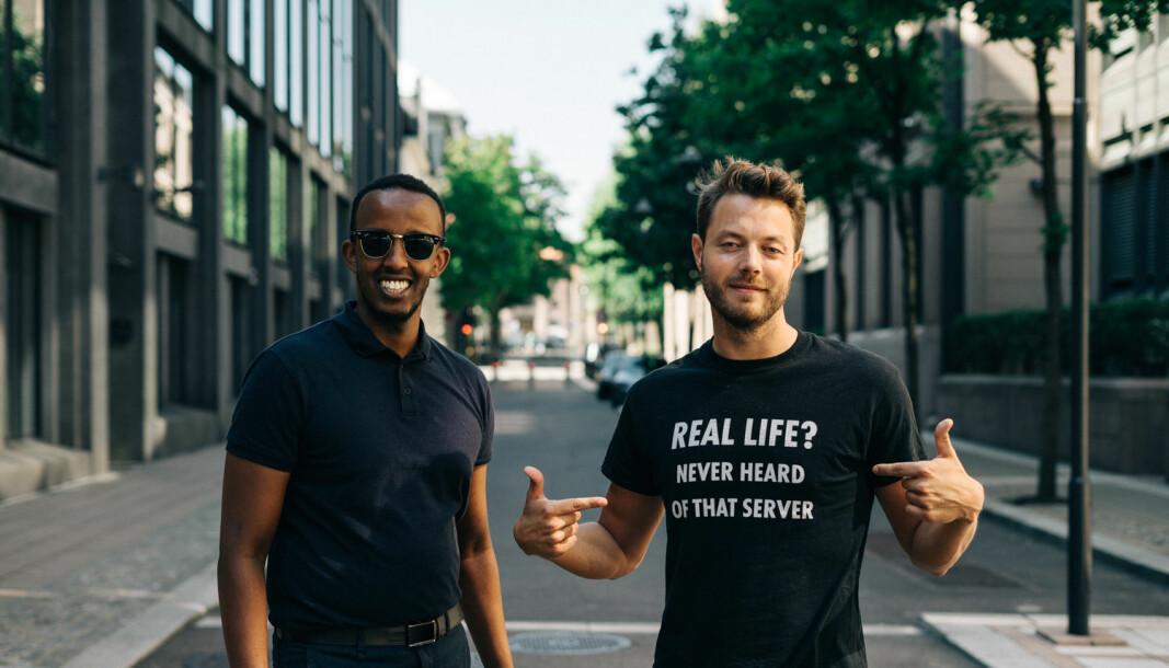 GJESTER I BAK FASADEN MED DJ & RØNNE: Shafi Adan og Arne Kvale.