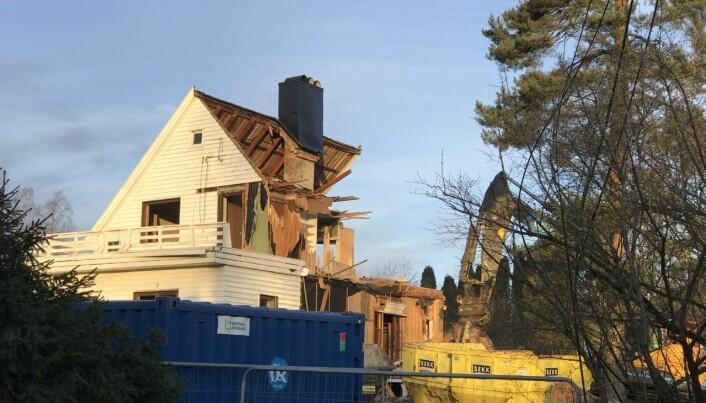 Rivingen av den gamle boligen fant sted i februar i fjor.