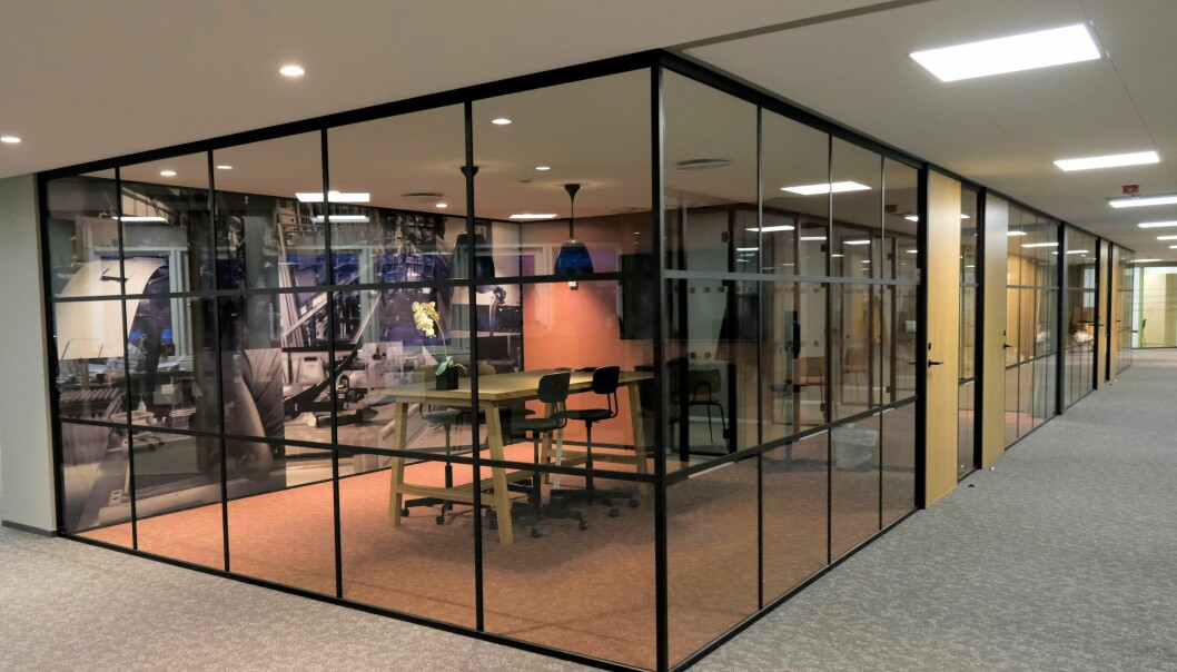 New York Style glassvegger på alle møterom, veggabsorbenter på bakveggene med påtrykte bilder av ansatte i produksjonslinjen til Modulvegger.