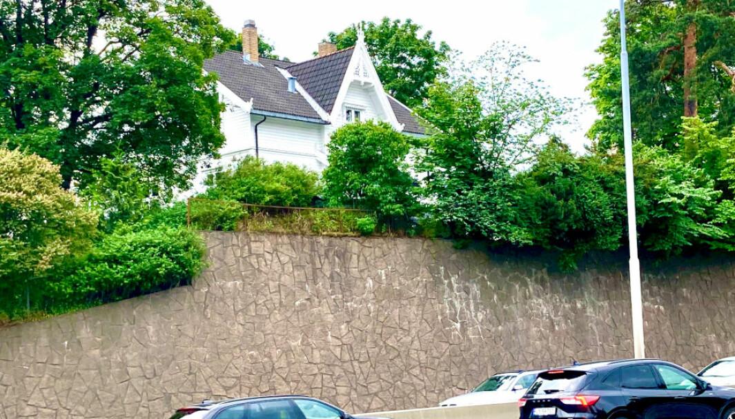 UNDER PRESS: Eieren av denne boligen er ikke fornøyd med erstatningen som er tilbudt i forbindelse med riving av huset til fordel for E 18-utbyggingen, og har nektet å gi fra seg eiendommen. Nå har Borgarting lagmannsrett justert opp erstatningsbeløpet.