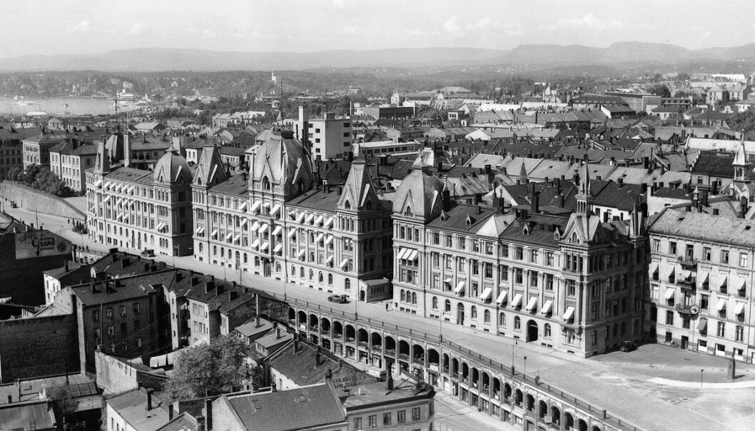 STASELIG: Victoria Terrasse i Oslo sto ferdig i 1890 som eksklusive leiligheter. Bygningen helt til høyre er Drammensveien 2 som ble bombet under krigen og deretter revet til fordel for dagens UD.