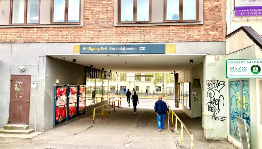 PASSASJE: Denne passasjen leder til Sørkedalsveien på den ene siden og Majorstuen T-banestasjon på den andre. Rema 1000 har butikk på gateplan til høyre.