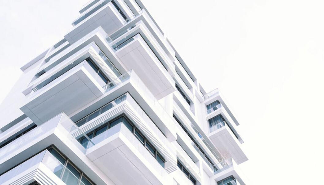 FORSKJELL: Mens kjøp av aksjer normalt reguleres av kjøpslovens regler, er det avhendingsloven og tinglysingsloven som er de sentrale lovene ved kjøp av eiendom direkte.