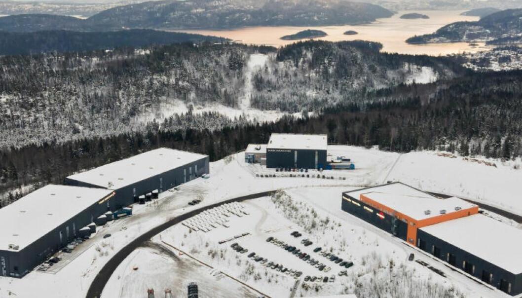 ASKER: Disse kombibyggene, beliggende i Røyken Næringspark, bytter nå eier fra Ticon Eiendom til et Carnegie-syndikat.